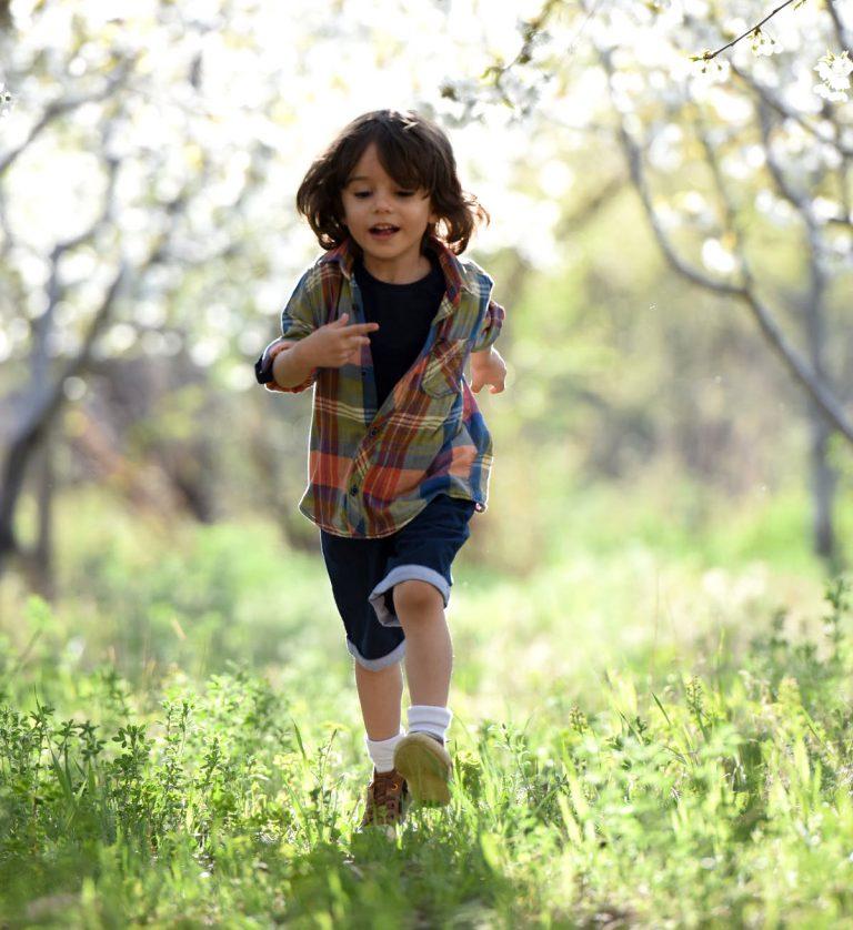 Garoto correndo no campo