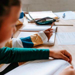 Crianças estudando em uma mesa