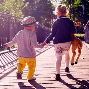 Crianças de mãos dadas em uma ponte