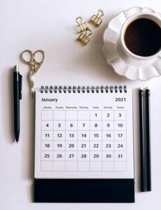 Imagem de mesa com café e agenda