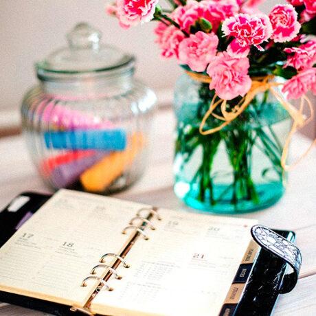 Imagem de agenda e vaso com flores