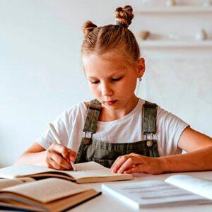 Imagem de menina escrevendo em uma mesa