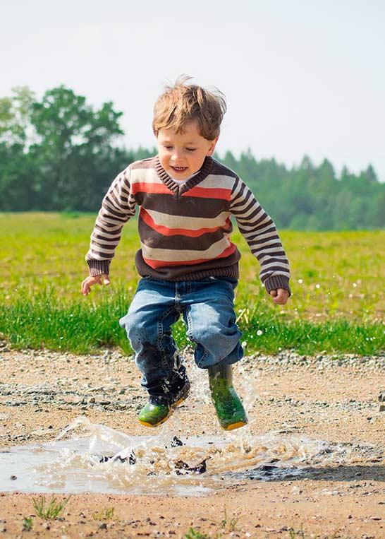 Criança pulando