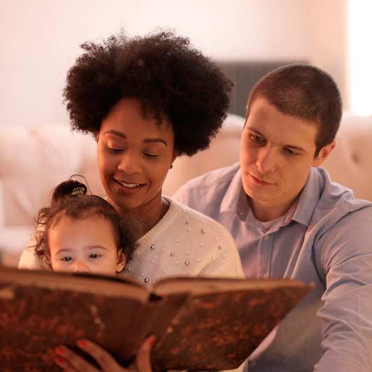 Família lendo um livro